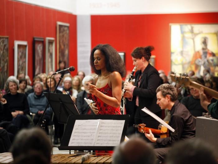 """Regina Advento begeisterte die Besucher von """"Pinas Reise"""" mit ihrer musikalischen Hommage. Foto: Daniela Tobias"""